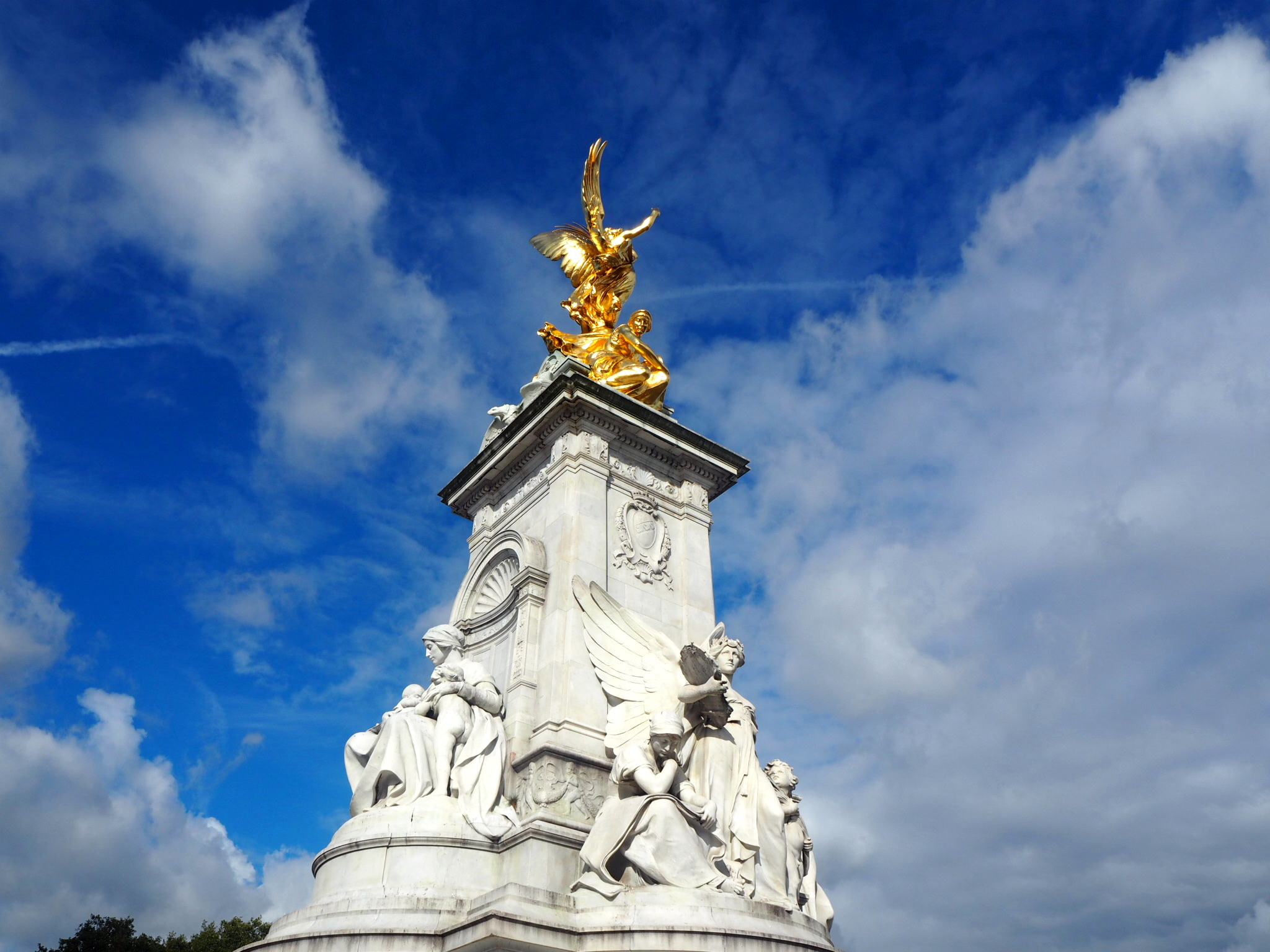Buckingham-Palace-London-Statue